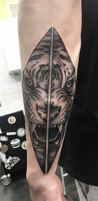 tiger dotting tattoo