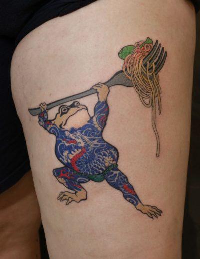 japan toad pasta tattoo βάτραχος που κρατάει μακαρονάδα τατουάζ αθήνα