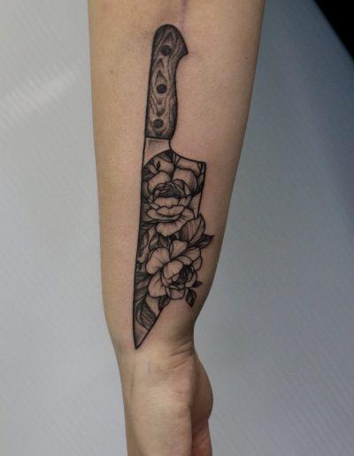 knife with flowers on blade black & white tattoo athens dildo μαχαίρι με λουλούδια στην λεπίδα αθήνα τατουάζ